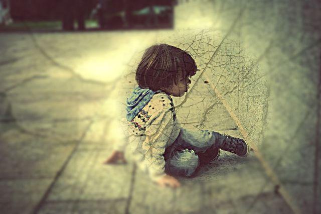 boy-sitting-at-wall-focal-blur